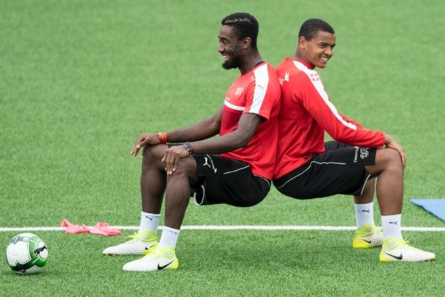 Akanji und Djourou bei einer Übung Rücken an Rücken