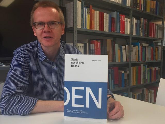 Bruno Meier präsentiert das neue Geschichtsbuch