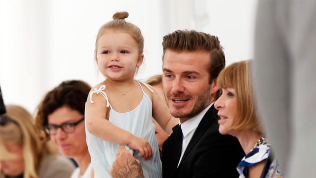 Harper Beckham auf dem Schoss ihres Papas David – und neben der sonst so ernsten Vogue-Chefin Anna Wintour