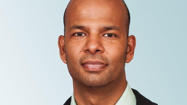 Porträtbild eines jungen Manns mit dunkler Hautfarbe.