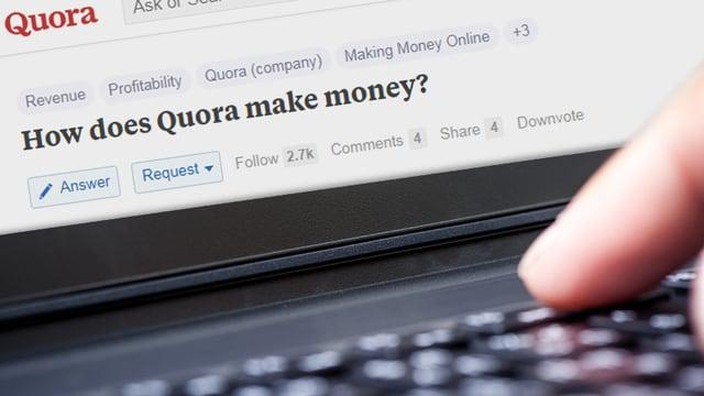 Ein Finger tippt auf einem Laptop, auf dem Bildschirm ist die Quora-Seite zu sehen.