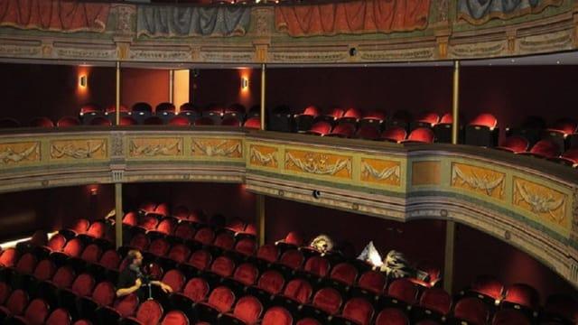Stuhlreihen im Theater.