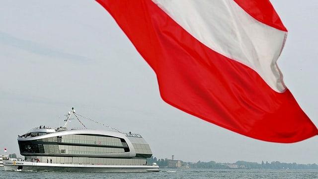 Schiff mit wehender Österreichfahne