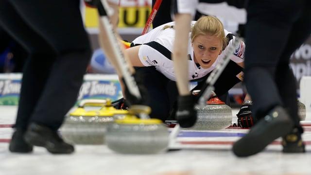 Die Curlerinnen schlugen zum WM-Auftakt Deutschland mit 10:4.
