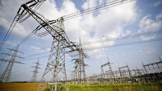 Stromleitungen auf landwirtschaftlichen Feldern.