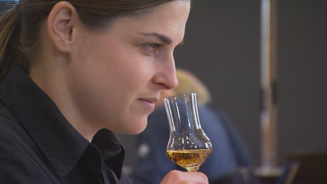 «Einstein»-Moderatorin Nicole Ulrich richt an einem Glas mit Edelbrannd.