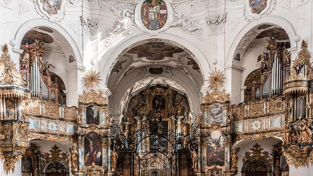Prunkvoll verzierter Innenraum einer Kirche mit einer Orgel.