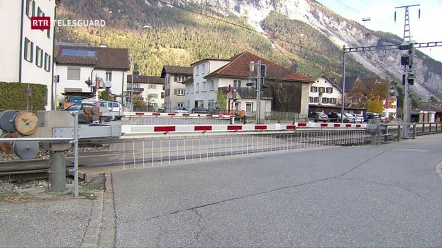 Barriera a la staziun da Domat.