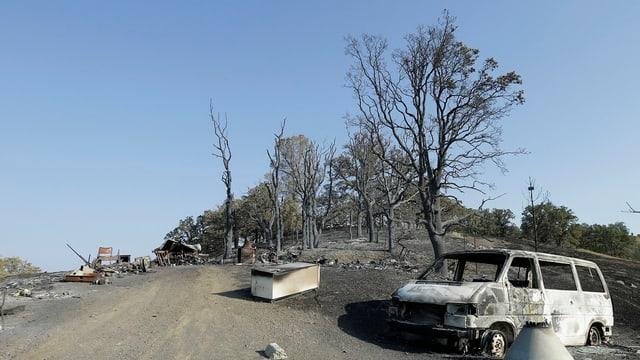 Las restanzas d'in abitadi en la vischinanza da Clearlake en la California.