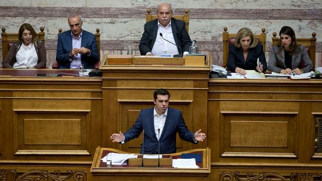 Alexis Tsipras discurra avant il parlament.