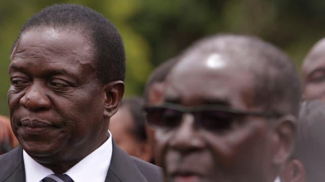 Emmerson Mnangagwa steht hinter Mugabe