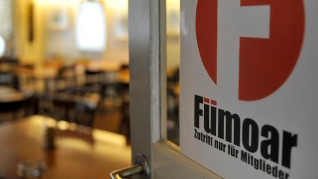 Restaurant-Türe mit dem Kleber Fümoar darauf.