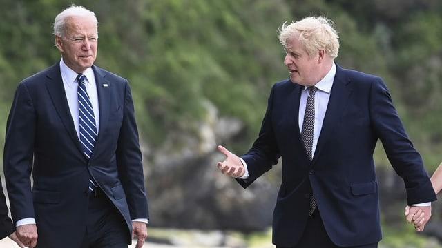Biden und Johnson am Strand