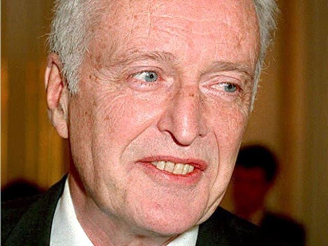 Porträt von Kleiber, mit den Zähnen beisst er auf die Unterlippe, schaut nach links untern.