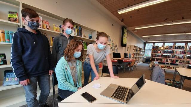 Die Schülerinnen und Schüler Lino, Dominic, Amélie und Marlene befragen die Moderatorin aus der Schulbibliothek, ...
