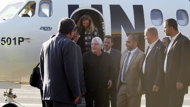 Martin Griffiths, UNO-Sondergesandter für Jemen, vor einem Flugzeug, umringt von Menschen.