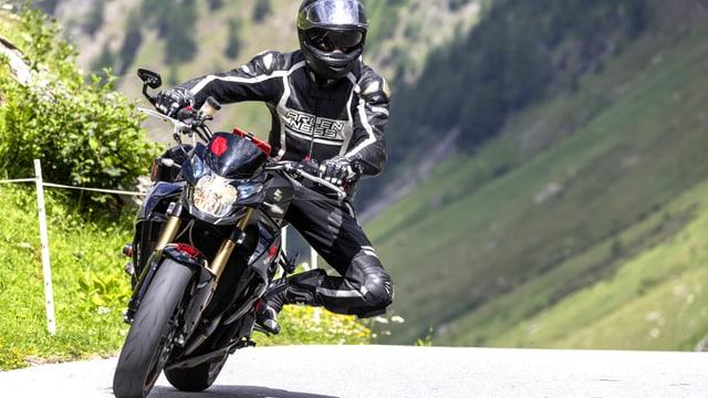 Motorradfahrer auf einer einsamen Gebirgsstrasse im Wallis.