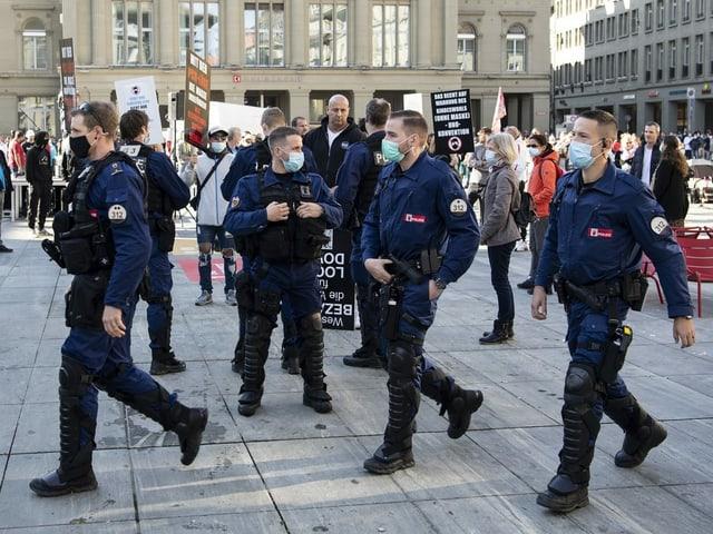 Polizisten an einer Anti-Corona-Demo.