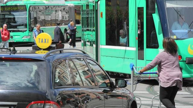 Tram, Fussgänger, Bus, Taxi