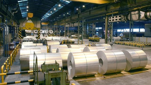 Aluminium-Rollen in einer Werkhalle