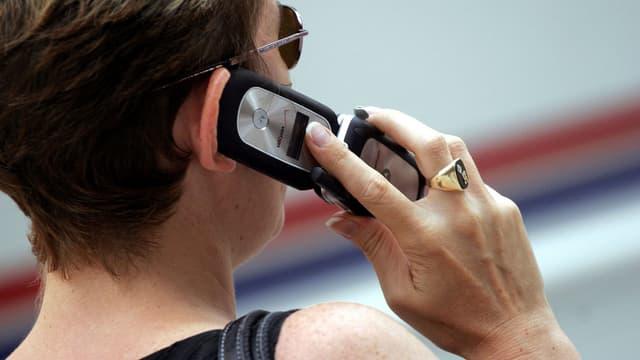 Eine Frau telefoniert mit ihrem Handy.