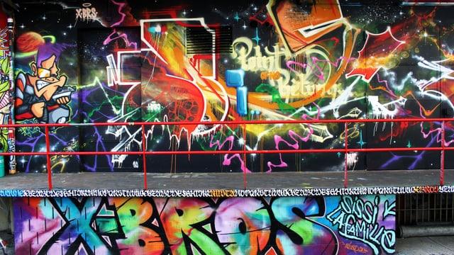 Wandmalerei ober- und unterhalb einer Brücke, in allen Farben. Unten der Schriftzug XBros.
