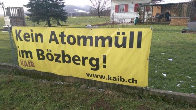 """Transparent mit der Aufschrift """"Kein Atommüll im Bözberg""""."""