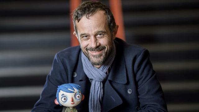 Portraitbild von Claude Barras mit seinem blauhaarigen Helden Courgette.