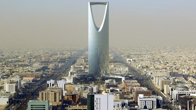 Stadtpanorama mit riesigem verglastem Turm, der im oberen Drittel einen dreieckigen Hohlraum hat.