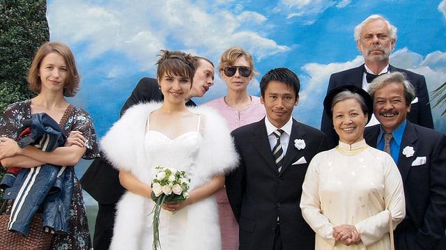 Ein Hochzeitsfoto mit asiatischen und europäischen Menschen.