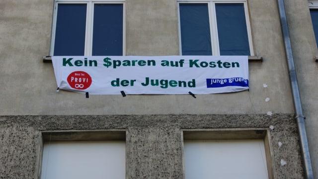 Ein Transparent gegen die Sparmassnahmen hängt am Jugend-Treff-Gebäude
