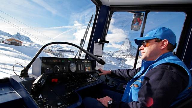 Lokomotivführer im Führerstand, im Hintergrund das Matterhorn.