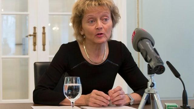 Bundespräsidentin Eveline Widmer-Schlumpf spricht vor den Medien.