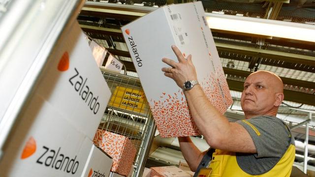 Im Postzentrum Frauenfeld werden Pakete für den Versand vorbereitet.