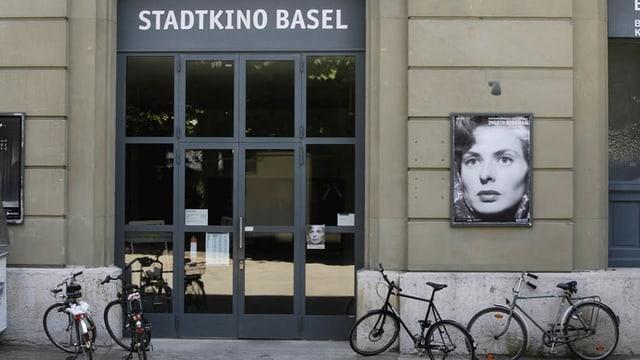 Der Eingang des Stadtkinos mit einem Plakat von Ingrid Bergmann, davor abgestellte Velos.