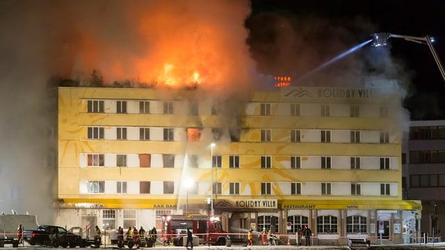 Il maletg mussa il Posthotel ad Arosa en flommas.