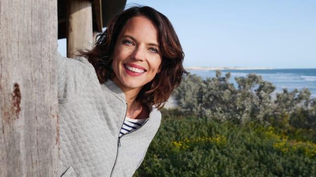 Porträt von Mona Vetsch am Meer