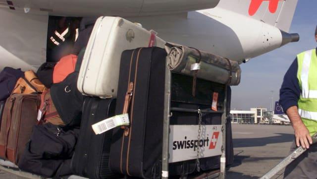 Gestapelte Koffer am Flughafen