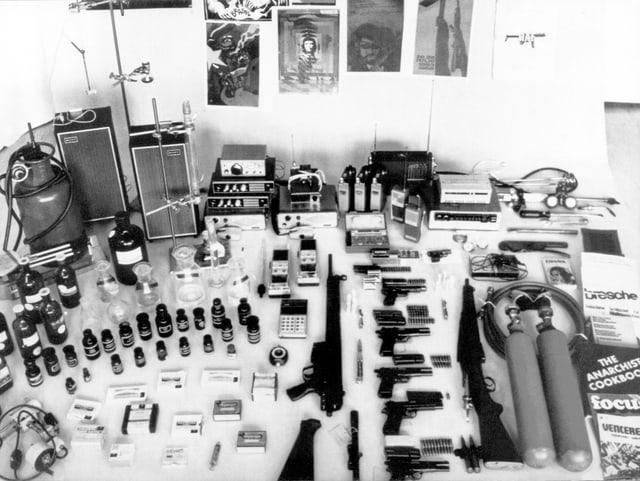 Unter den beschlagnahmten Gegenständen befinden sich Pistolen, Gewehre, Funkgeraete, Fern- und Zeitzünder, Schweissgeräte, Chemikalien und Drogen.