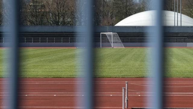 geschlossener Sportplatz mit Fussballtor
