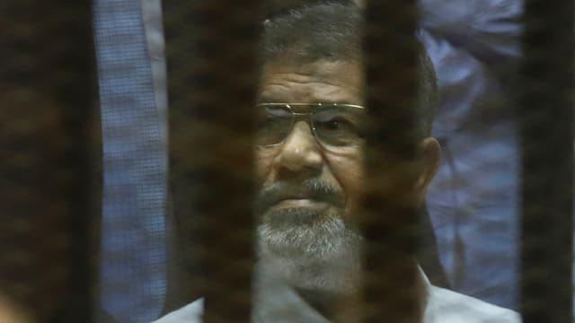 Mursi hinter Gitter.