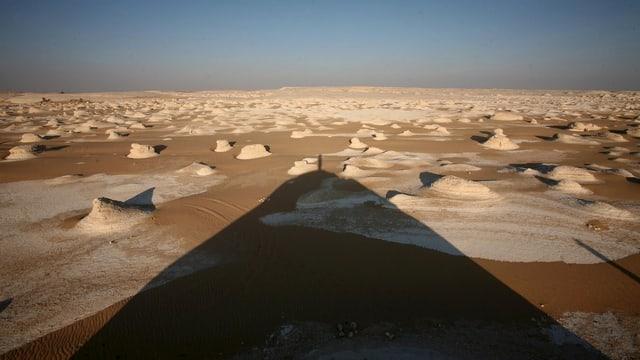 Wüstenaufnahme mit Salzbergen.