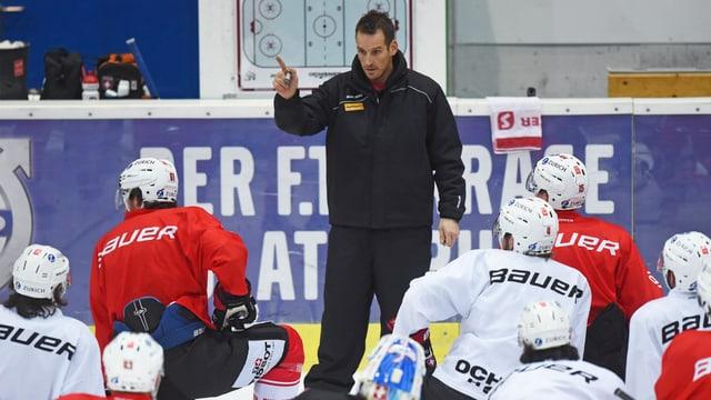 Nati-Trainer Patrick Fischer gibt im Training Anweisungen.