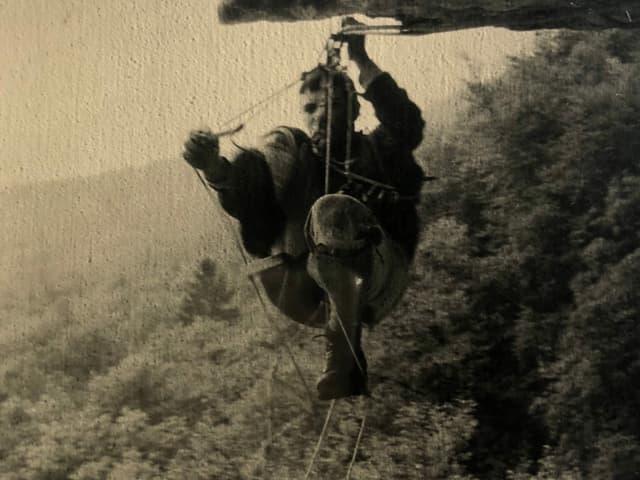 Albin Schelbert läuft auf Seilen.