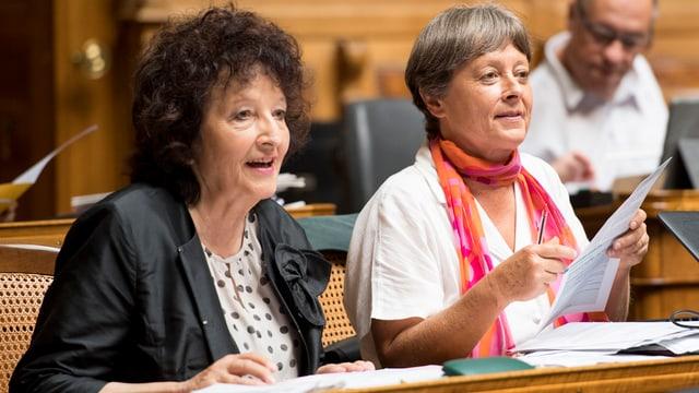 Bea Heim im Nationalratsssaal neben Margret Kiener Nellen