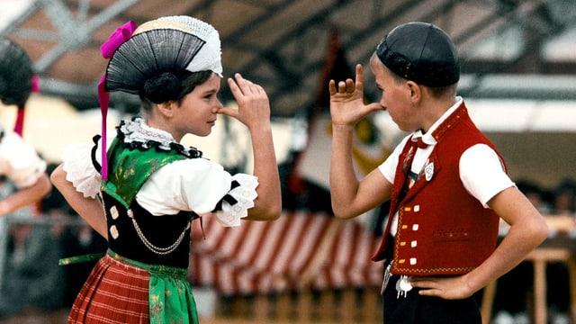 EIn Mädchen und ein Junge in Schweizer Tracht an der Olma.