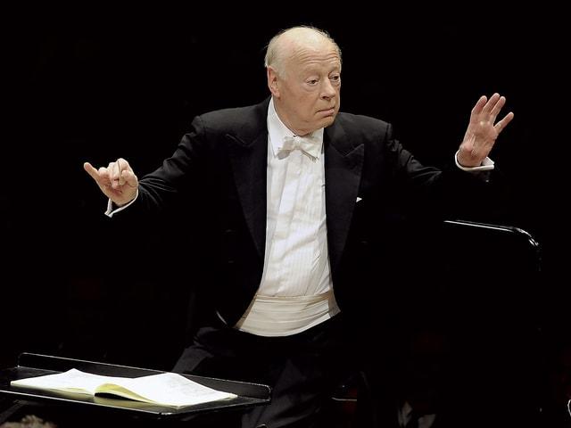 Dirigent Haitink bei seiner Arbeit: Er hat die Hände ausgestreckt.