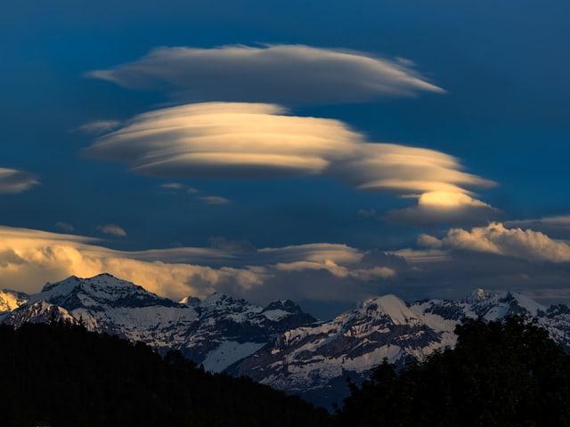 Föhnwolken über den Alpen