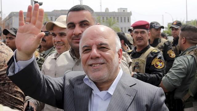 al-Abadi zwischen Soldaten mit zum Gruss erhobener Hand.
