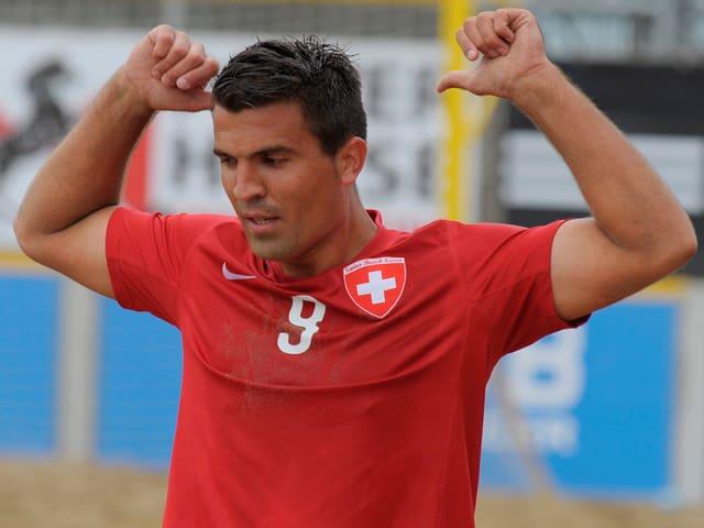 Dejan Stankovic zeigt auf seine Rückennummer.